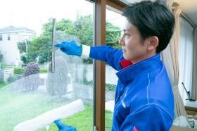 専用洗剤でガラス洗浄